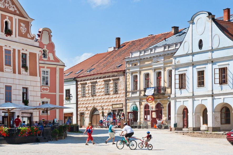 En la plaza principal de Telč (República Checa) se pueden admirar casas en tonos pastel, del ...