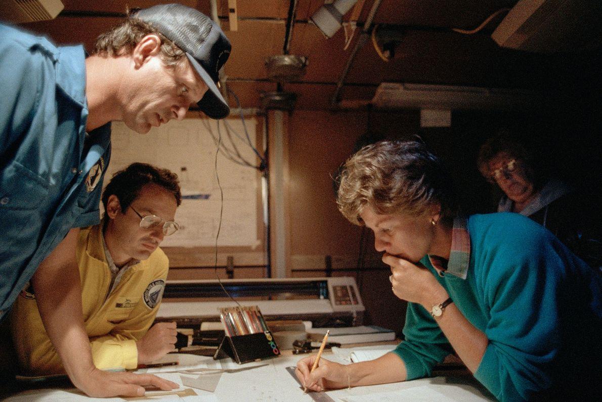 Ballard, un científico de la Institución Oceanográfica Woods Hole, usa su gorra de béisbol mientras estudia ...