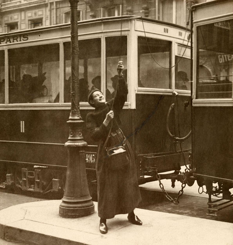 Durante la Primera Guerra Mundial, una mujer trabaja en un tranvía en Lorena, Francia, en 1917.