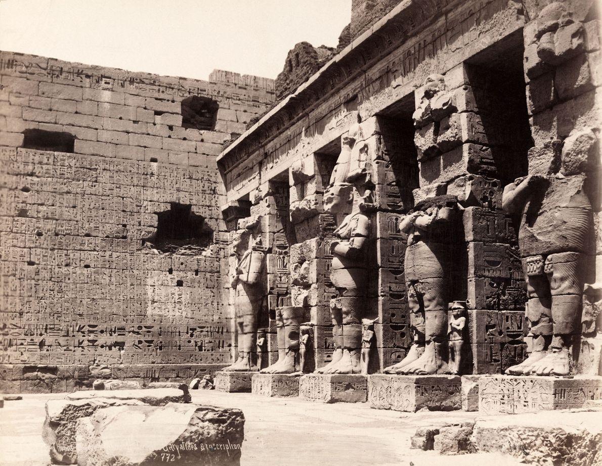 La antigua capital egipcia de Tebas, mostrada aquí en 1913, ahora es la concurrida ciudad de ...