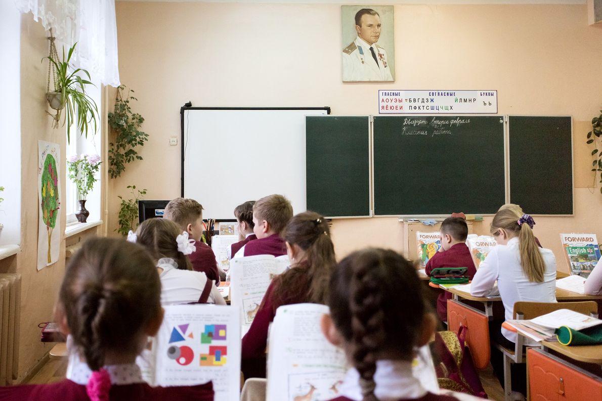 Niños en un aula de la escuela Yuri Gagarin, nombrada en honor al cosmonauta.