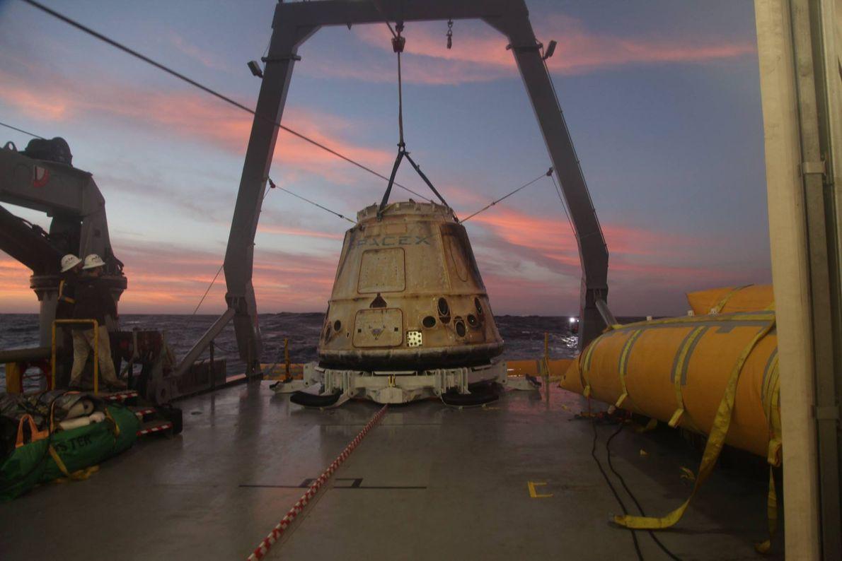 Desde 2012, SpaceX ha utilizado la Dragon para transportar cargamento a la ISS. En la foto, ...