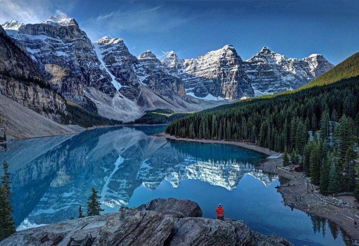 Me levanté muy temprano para observar el amanecer desde el lago Moraine, en las Rocosas canadienses. ...
