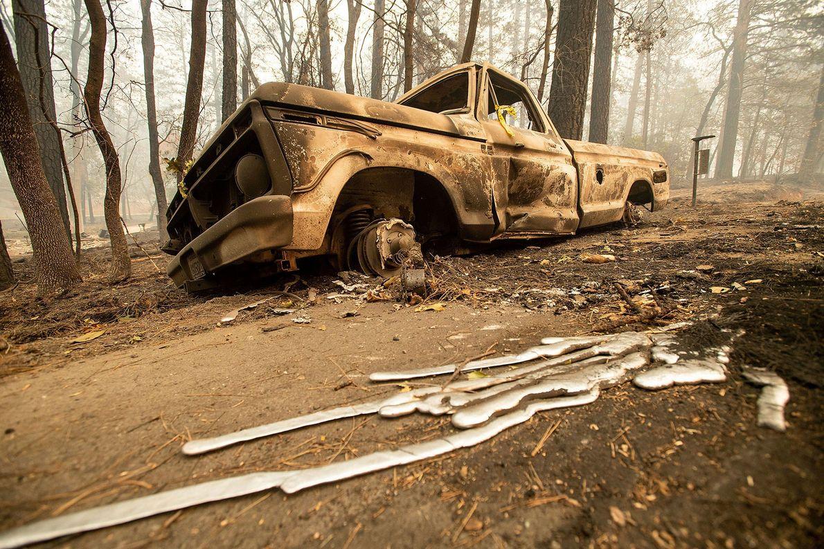Una camioneta pick-up quemada se encuentra en Pearson Road en Paradise, California, el 10 de noviembre. ...