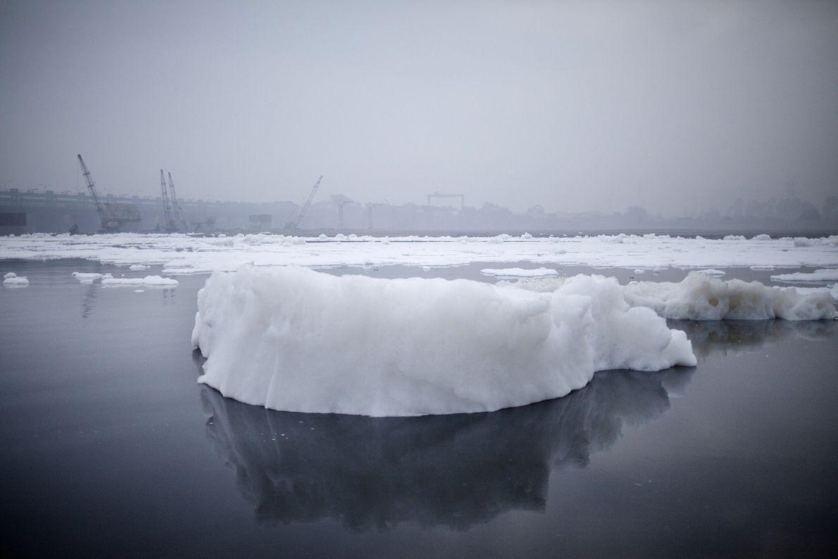 Un iceberg de espuma se forma de los desechos químicos arrojados por las fábricas que se ...
