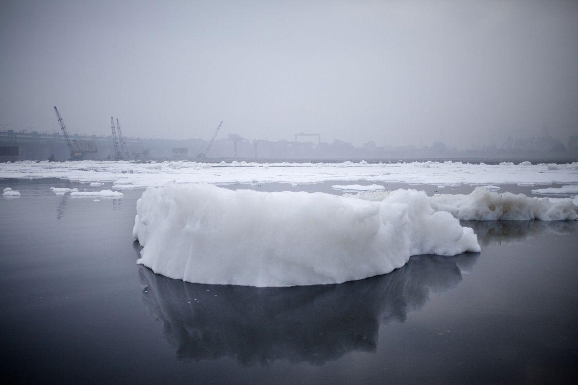 Un iceberg de espuma se forma de los desechos químicos arrojados por las fábricas que se …