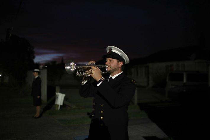 """El músico Orson Paine, de la Royal New Zealand Navy Band, toca  """"The Last Post"""" en ..."""