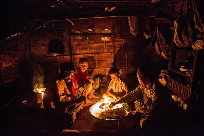 En Ban Khok Yai, a lo largo del Río Mekong, tres generaciones de una misma familia ...