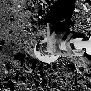 En un simulacro, el brazo de muestreo de la sonda OSIRIS-REx se acerca a la superficie ...