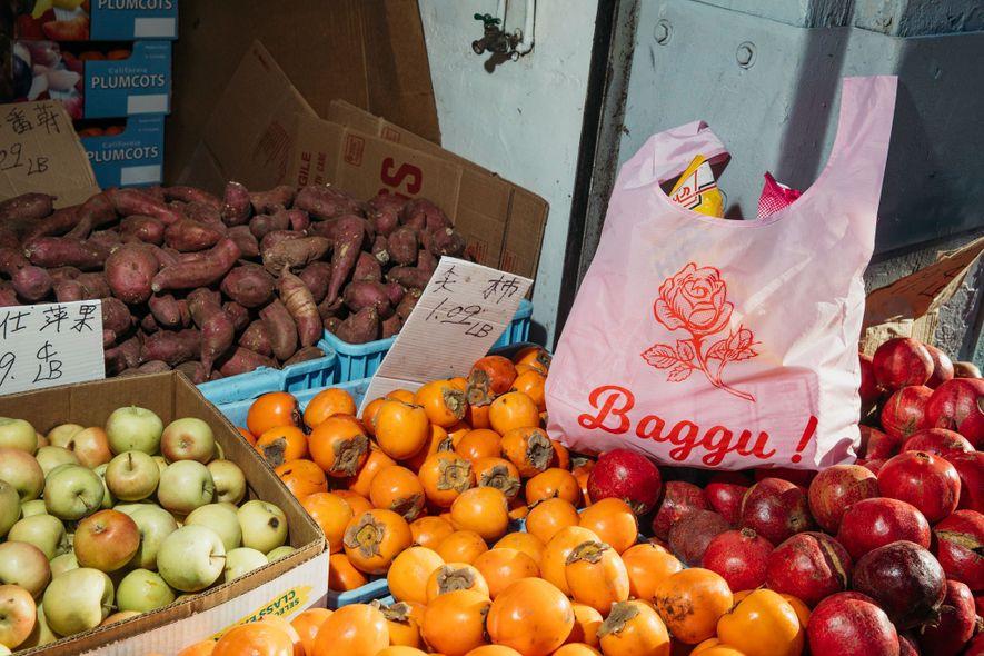 El Diseño rosa y rojo es característico de los Barrios Chinos de California, en donde vive ...