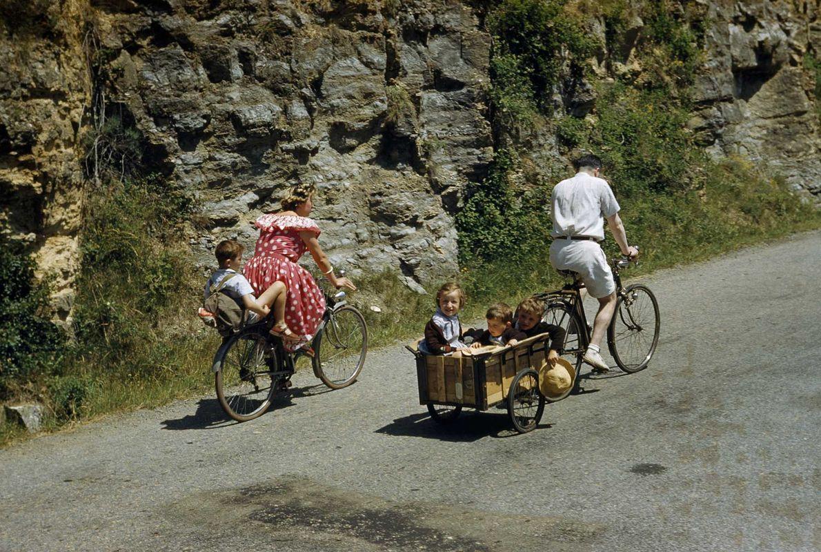 Una familia en la Francia rural da un paseo dominical en esta fotografía de una edición …