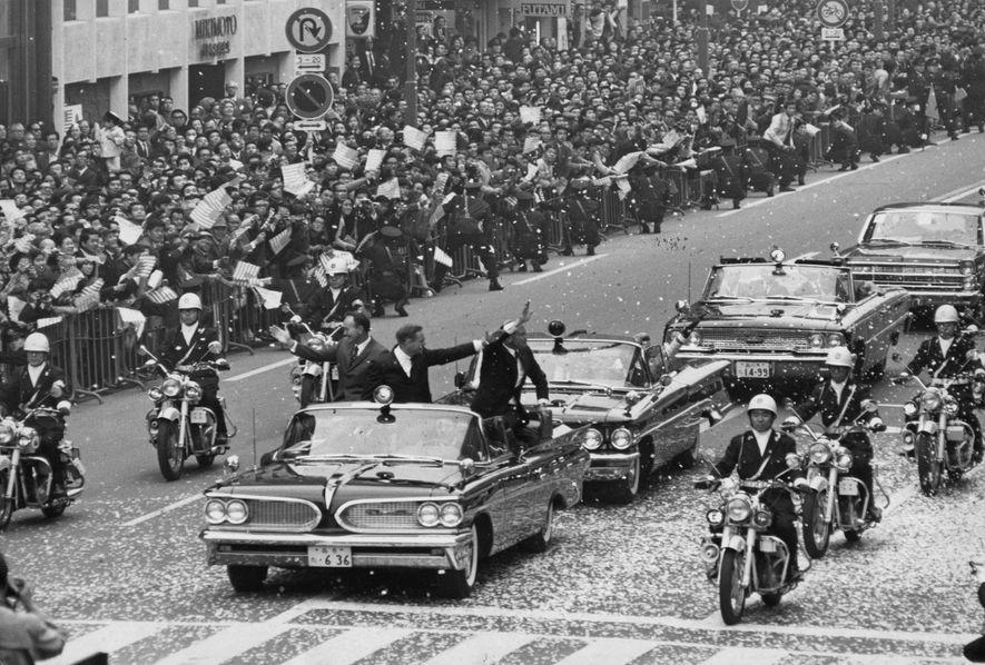 """""""Cuando volví de la luna, me convertí en una celebridad, un héroe, con confeti, desfiles y discursos"""", recuerda Aldrin, al que vemos en Tokio durante el Tour Goodwill de 1969. """"Pero eso no era lo que buscaba ni deseaba en realidad""""."""