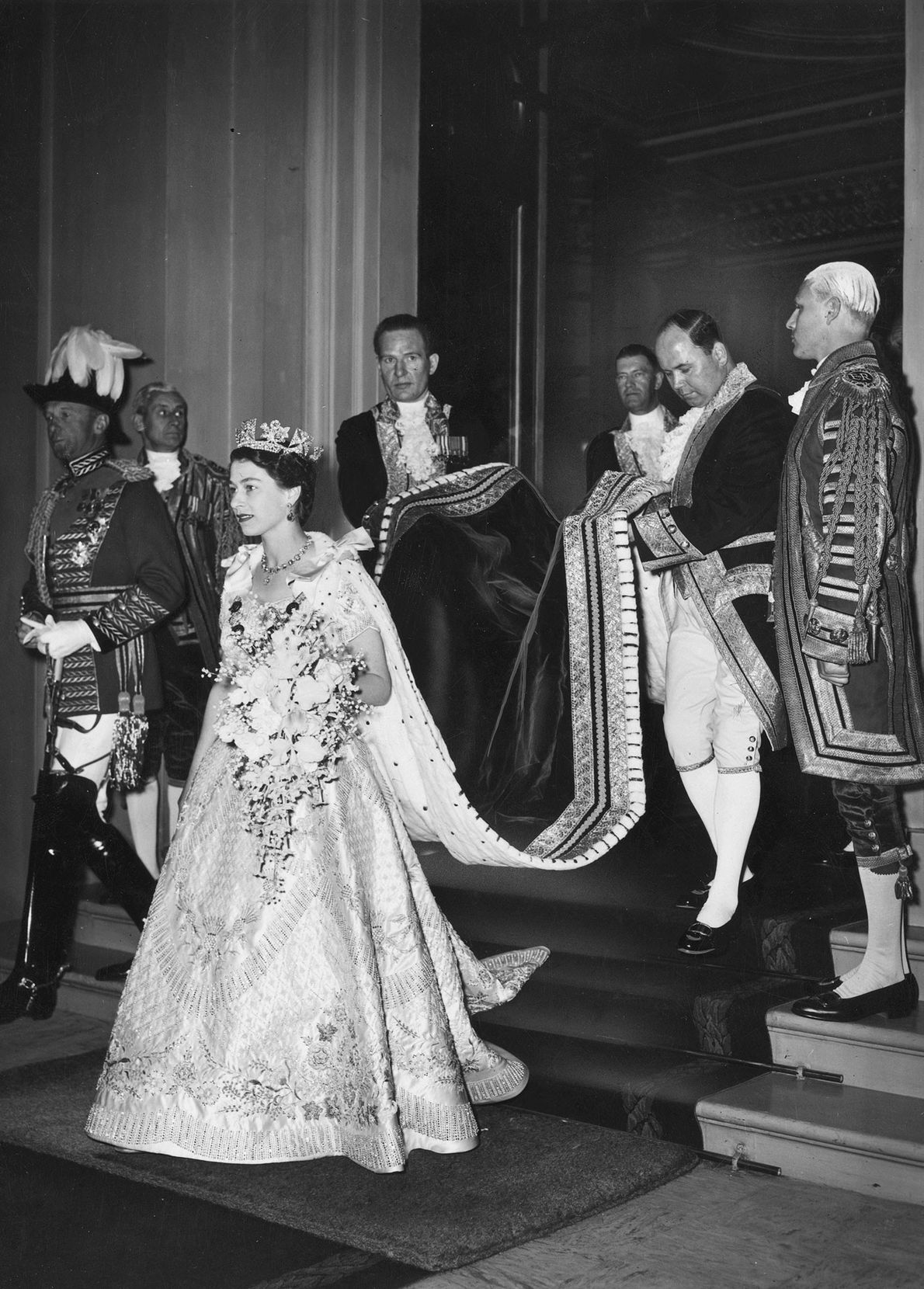 La princesa Isabel sale del palacio de Buckingham para asistir a su coronación en la Abadía ...