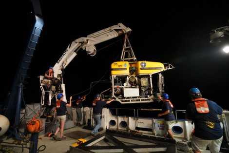 Un vehículo operado de forma remota (ROV) llamado Hercules se lanza desde la cubierta de Nautilus. ...
