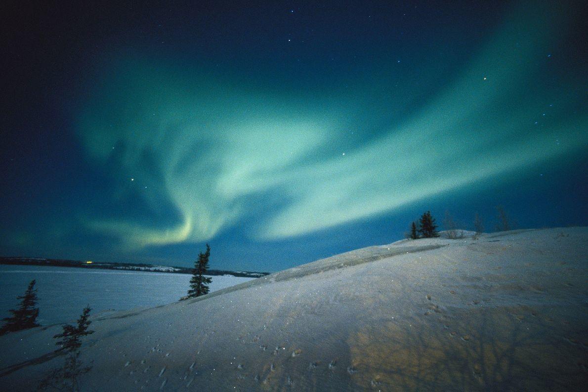 Las auroras cubren el cielo de los Territorios del Noroeste de Canadá.