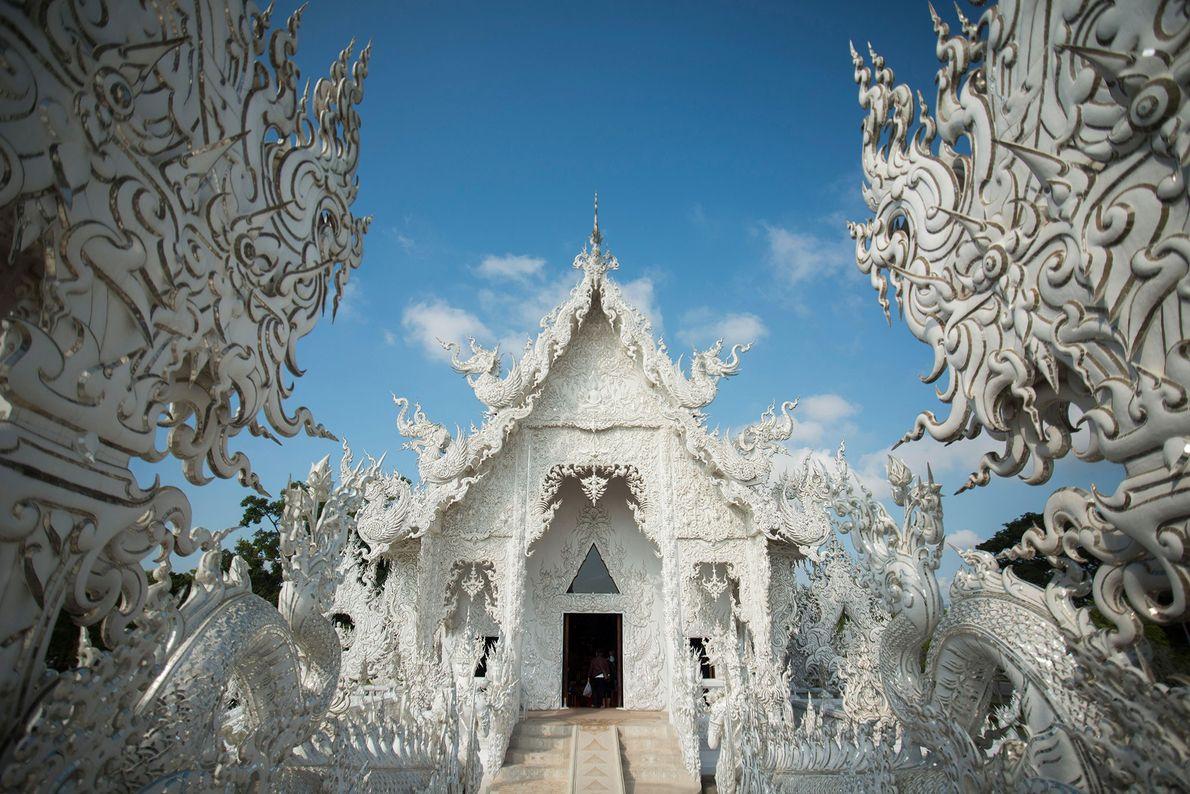 Fundado en 1997, el templo Wat Rong Khun, completamente blanco, en el norte de Tailandia, fue …