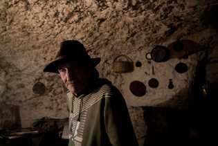 Eric, un inmigrante alemán, ha vivido en las cuevas de Sacromonte desde 1998. Se gana la ...