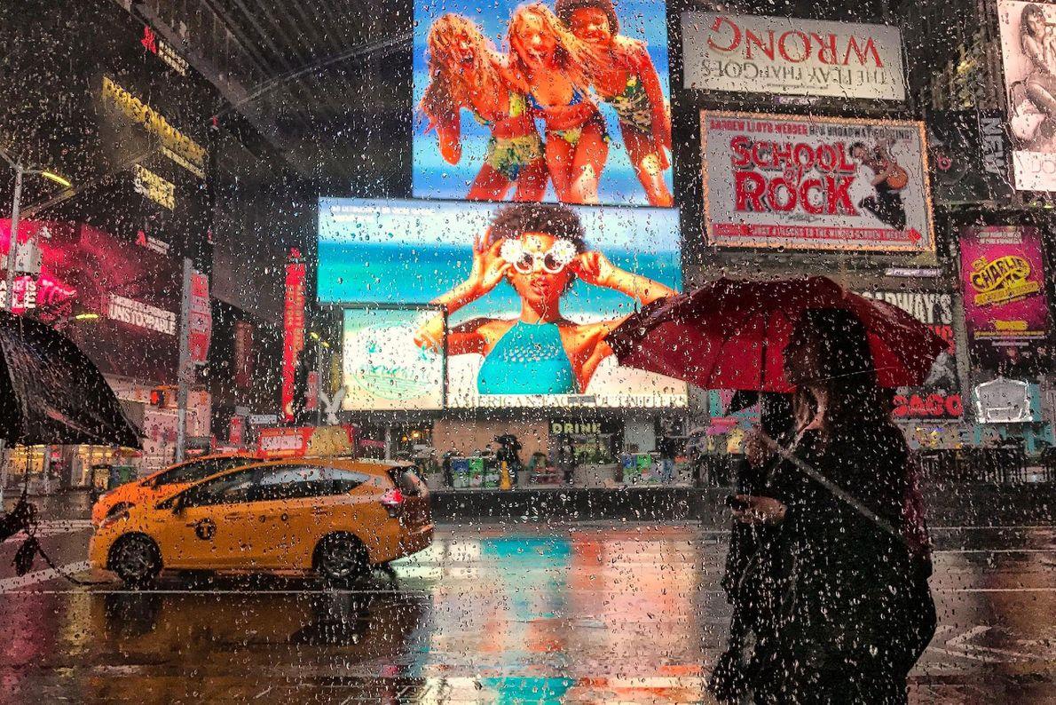 Times Square brilla durante una tarde lluviosa. Para iluminar el distrito cinematográfico de Nueva York, el ...
