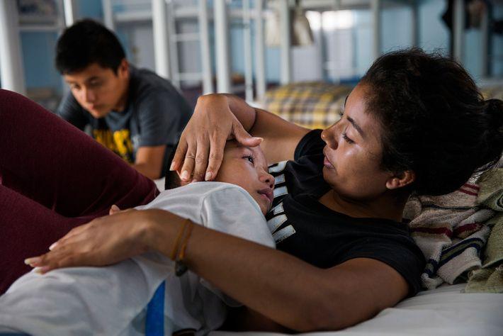 Patricia Flores consuela a su hijo en un refugio en la ciudad fronteriza de Reynosa, México, ...