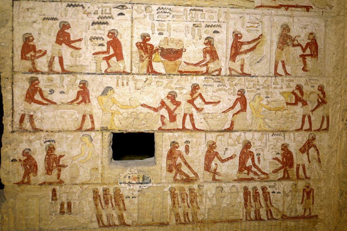 Los relieves pintados en las paredes de la tumba incluyen estas escenas de trabajadores que realizan ...