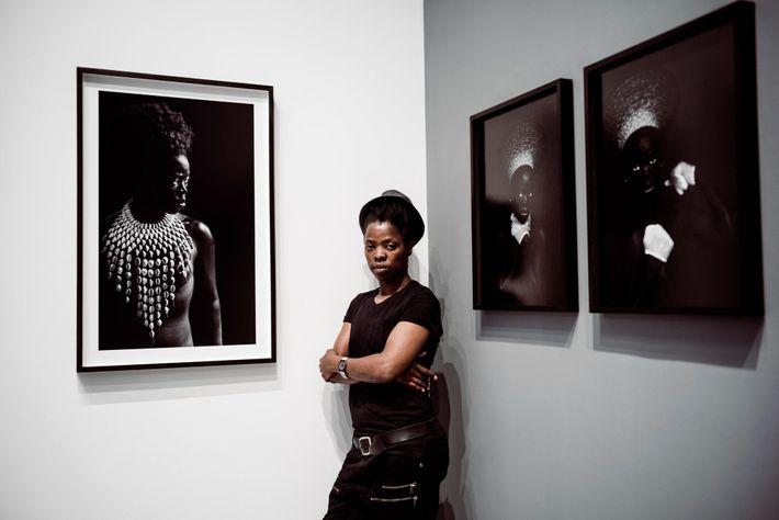 Zanele Muholi usa sus autorretratos para contar la historia política de Sudáfrica.