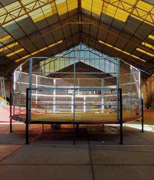 El cuadrilátero del centro deportivo Dolores de El Alto está rodeado de una cerca y, durante ...