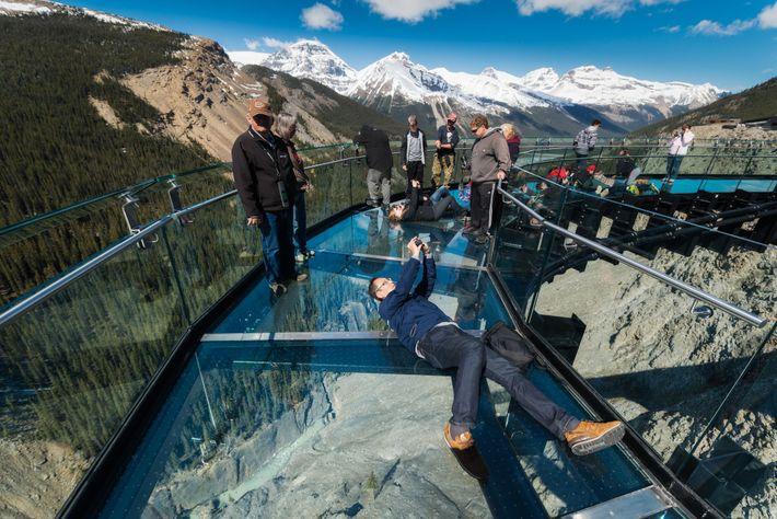 El Glacier Skywalk ofrece unas vistas únicas de la carretera de los campos de hielo (Icefields ...