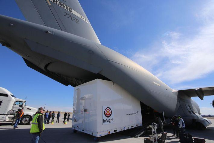 La nave InSight de la NASA se coloca en un avión de carga en la base ...