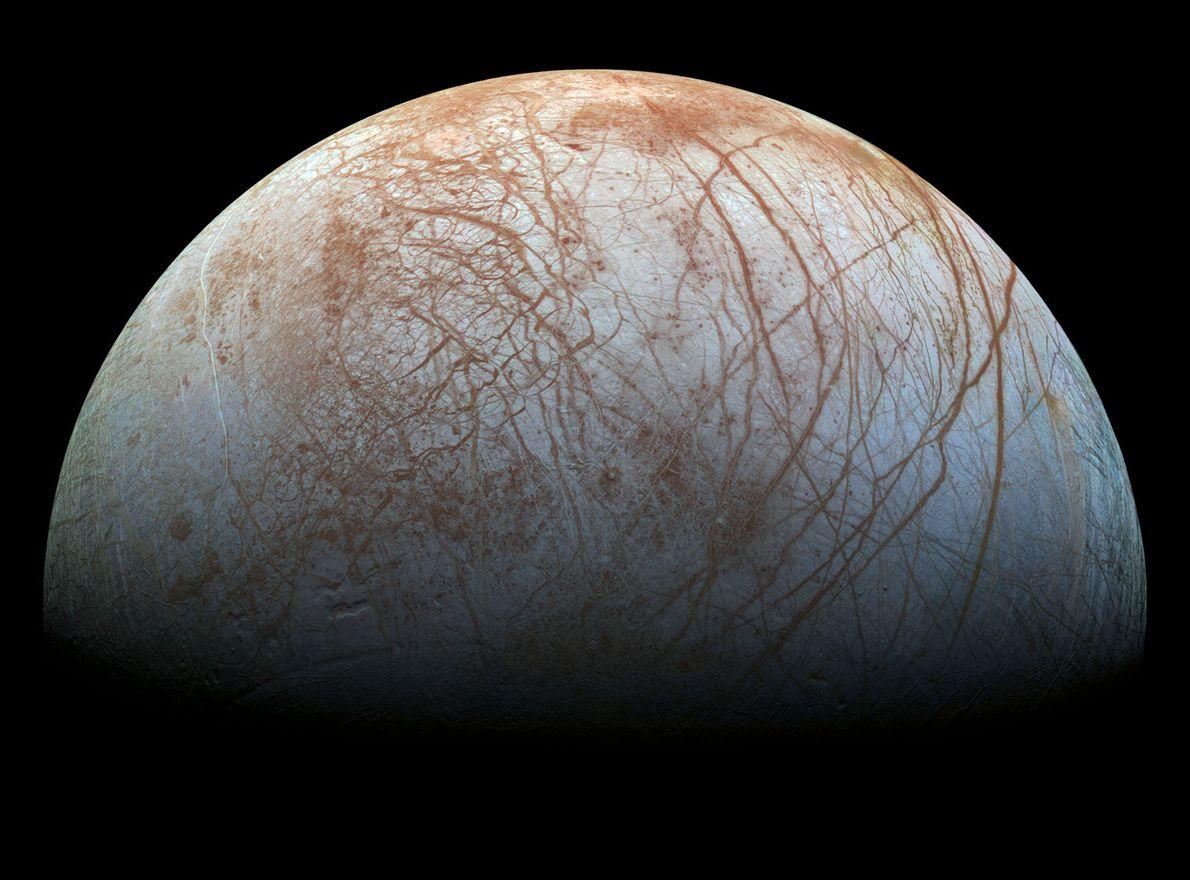 La luna Europa está cubierta de intrigantes fisuras que sugieren la existencia de un océano profundo ...