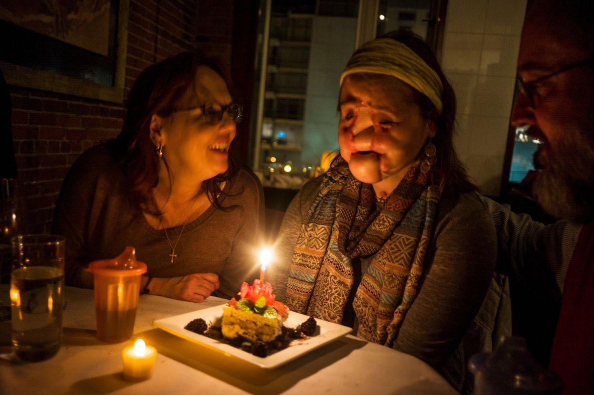 Al celebrar su cumpleaños número 21, su madre le dice que pida un deseo y apague ...