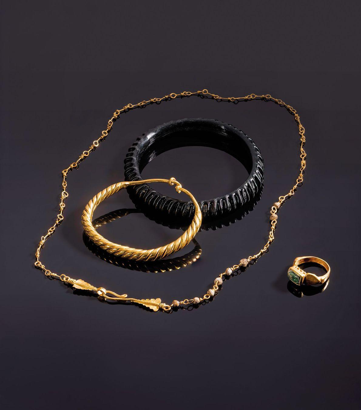 Las joyas que se encuentran en el sarcófago de una niña de seis años cuentan con ...