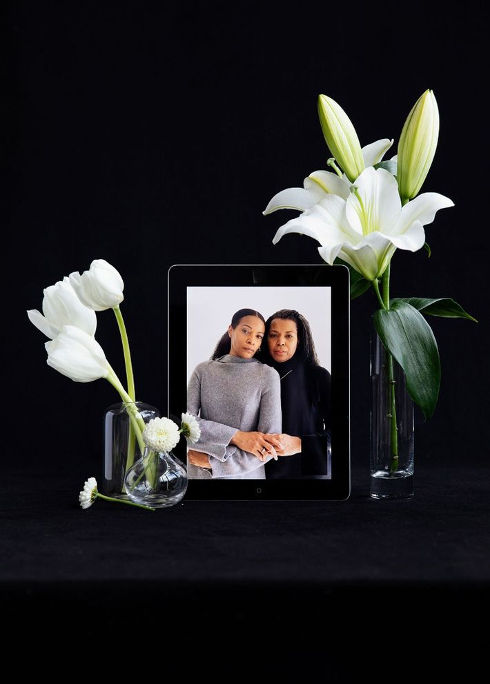 Las hermanas Dana Cobbs (izquierda) y Darcey Cobbs-Lomax perdieron a su padre y a su abuela ...