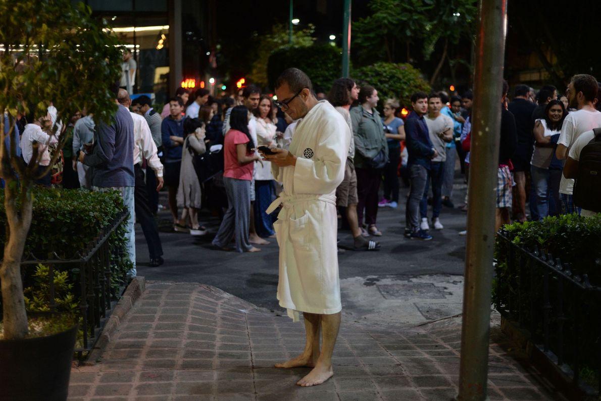 Las personas se reúnen en una calle en el centro de la Ciudad de México. El ...