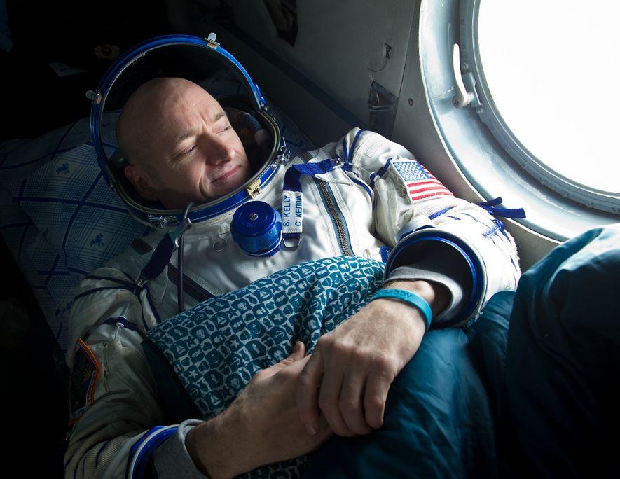 Luego de una estadía de seis meses en la ISS, el astronauta Scott Kelly observa desde ...