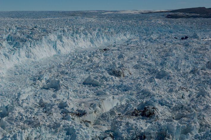 Grandes pedazos de hielo se rompen en el glaciar Jakobshavn en el oeste de Groenlandia
