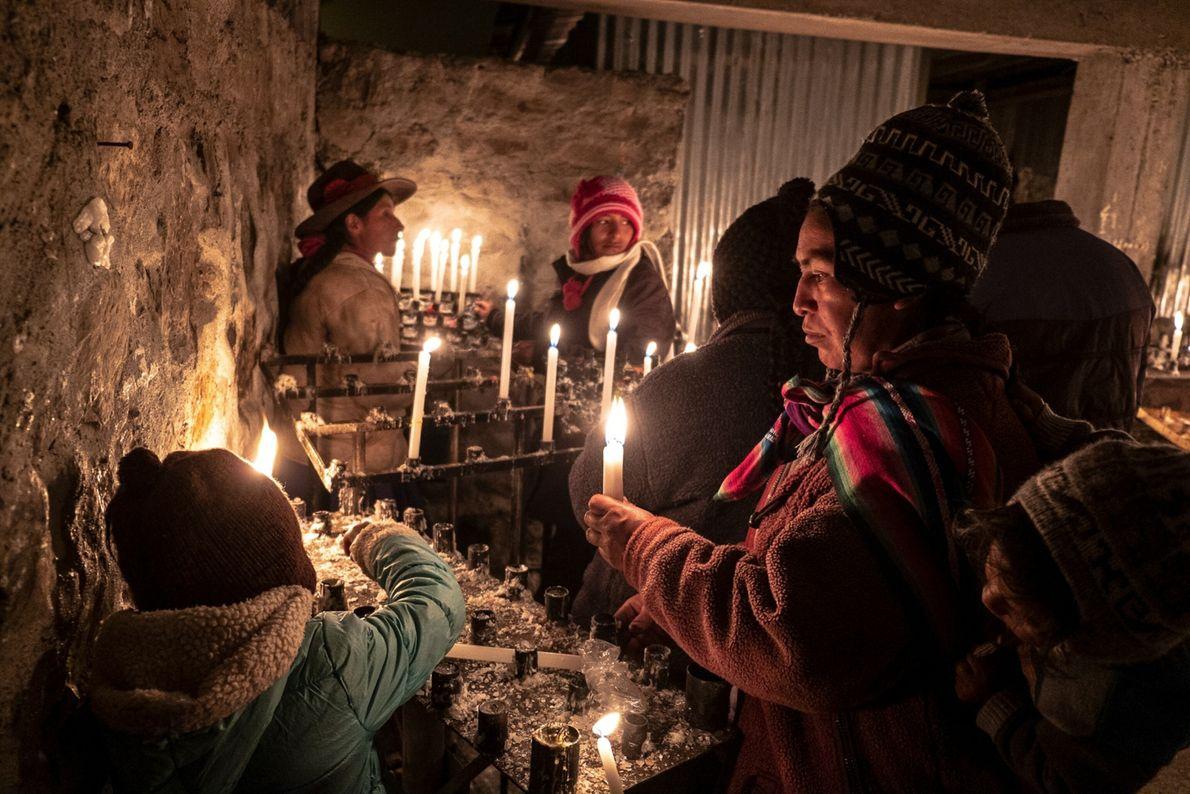Los peregrinos encienden velas mientras rezan en el santuario del Señor de Qoyllur Rit'i.