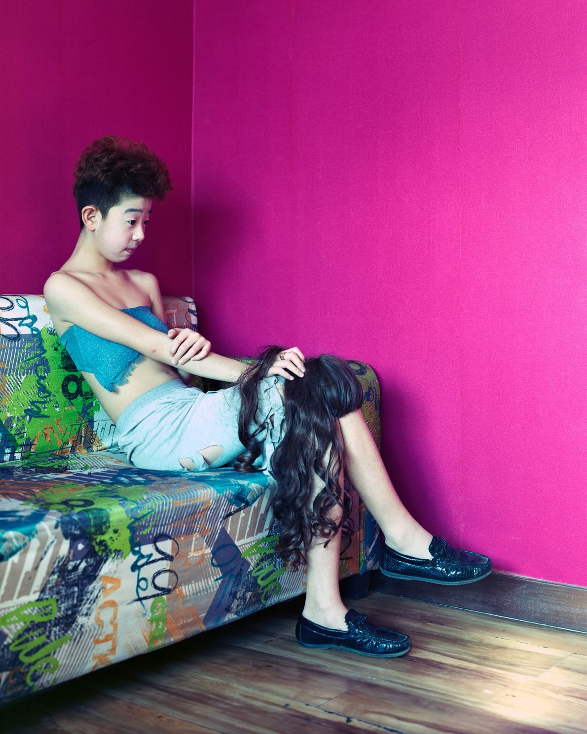 Lin Zi, de 14 años, sentado en un café donde celebridades de Internet transmiten en vivo ...