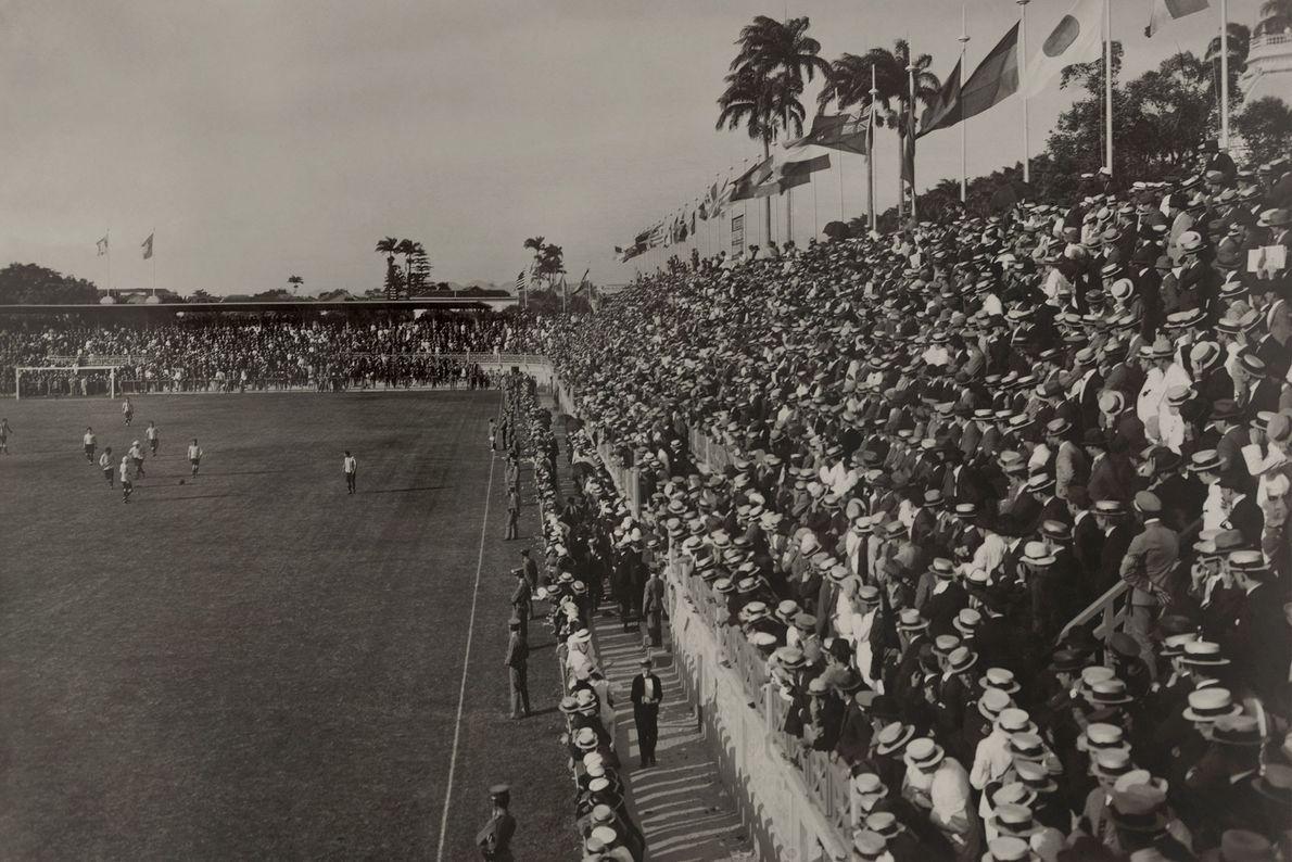 Una multitud mira el partido de fútbol brasileño en Río de Janeiro en 1920.