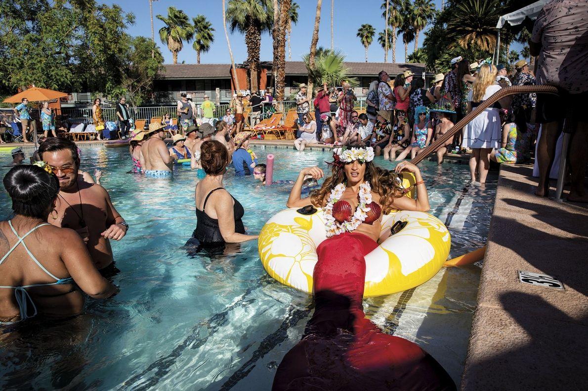 Cada año, los aficionados y coleccionistas de tikis acuden al Caliente Tropics Resort en Palm Springs ...