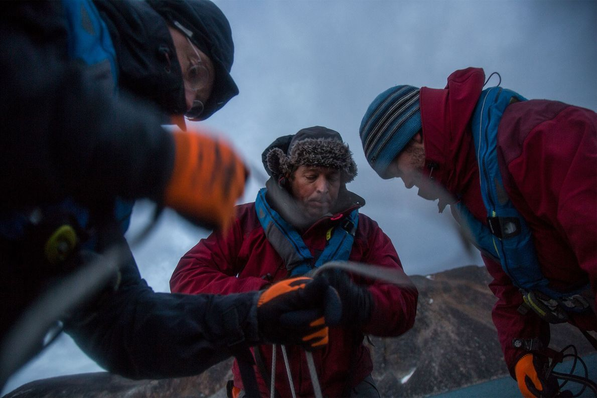 Los científicos Eivind Støren (izquierda), Jostein Bakke (centro) y Torgeir Røthe (derecha) se agachan cientos de ...