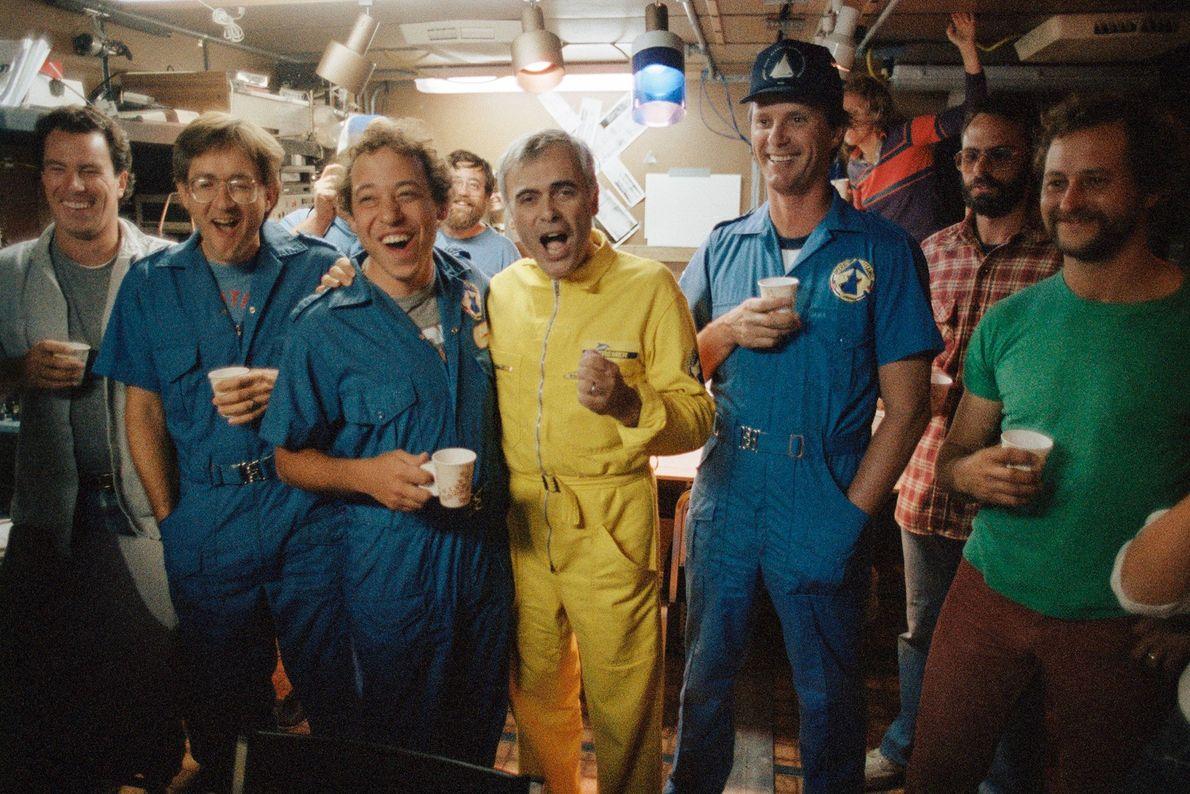 Los miembros de la tripulación a bordo de la expedición de Ballard y Michel celebran después ...