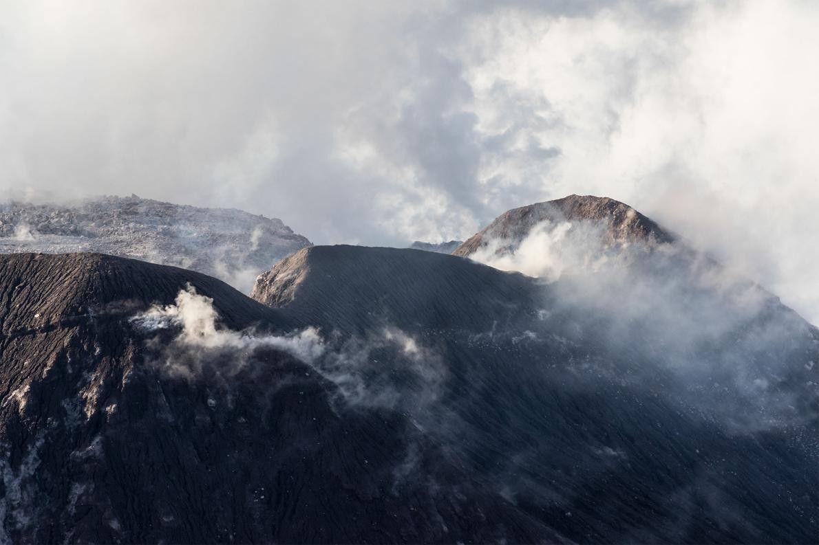 El domo El Caliente expulsa vapor y cenizas. Este domo puede observarse, sin riesgo alguno y ...