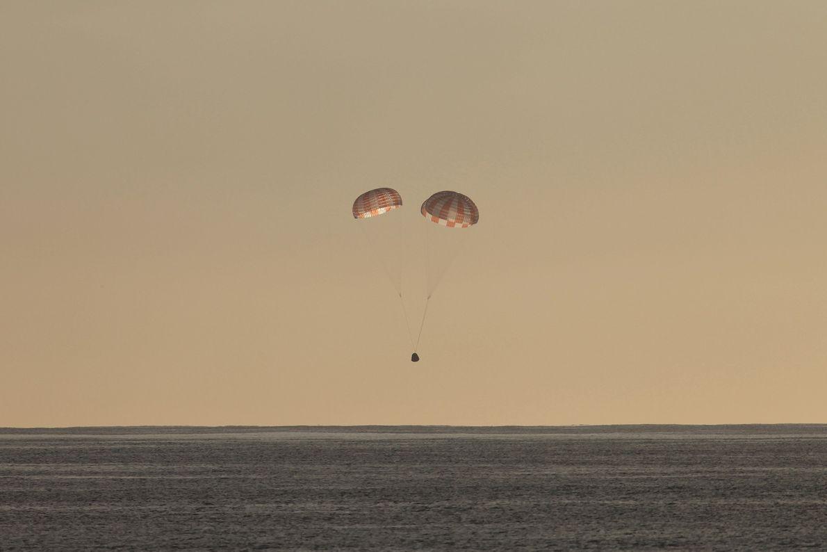 Una cápsula Dragon ameriza en el océano Pacífico tras completar un vuelo de abastecimiento a la ...