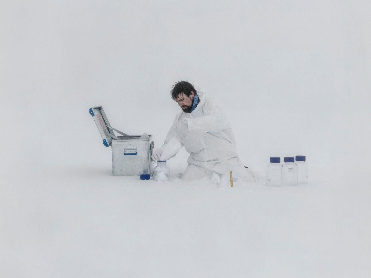 El glaciólogo francés Jean Charles Gallet, quien trabaja para el Instituto Polar de Noruega, toma muestras ...