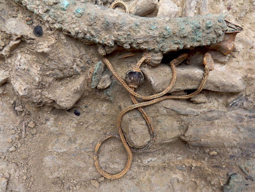Los arqueólogos hicieron un hallazgo de solo una vez en décadas con el entierro intacto de un guerrero de 3500 años de antigüedad repleto de objetos funerarios inusuales y una espada con una empuñadura de marfil.