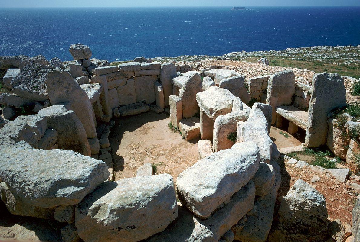 En el templo de Mnajdra en Malta, el sol brilla por un pasillo central durante el ...