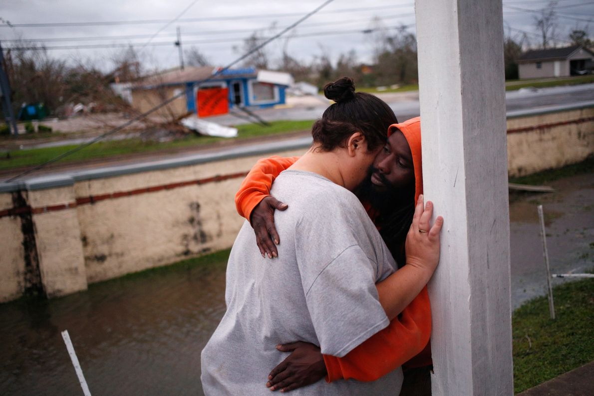 Los residentes se abrazaban frente a un edificio de departamentos luego de que el huracán Michael ...