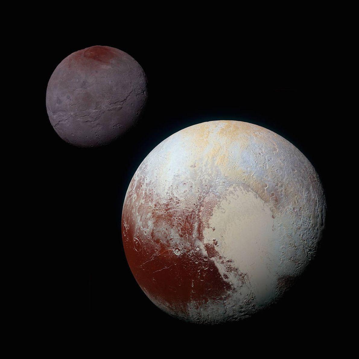 Este compuesto de imágenes en color realzado de Plutón (abajo a la derecha) y Caronte fue ...