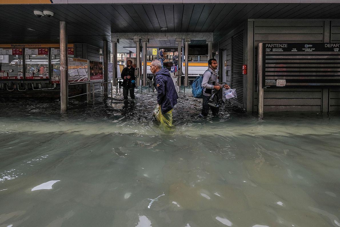 Las autoridades cerraron las escuelas y los hospitales venecianos y se les aconsejó a los ciudadanos ...