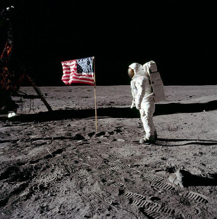 Buzz Aldrin camina sobre la luna y deja sus huellas. Describió el paisaje lunar como una ...